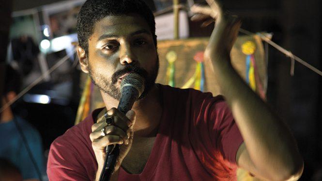 Le public et des auteurs du Sarau do Escritório, à Rio de Janeiro. Ces scènes ouvertes de littérature occasionnent un bouillonnement culturel sans précédent.