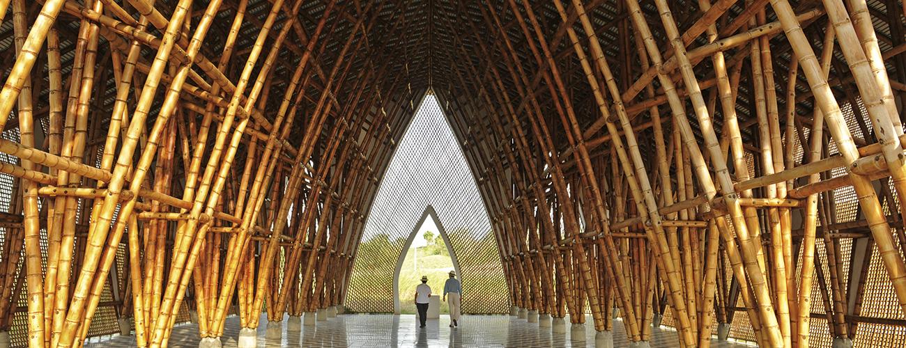 L'Eglise « sans nom » ou « sans religion ». L'intérieur de l'édifice, considéré comme l'un des chefs-d'œuvre de l'architecte colombien, dégage une atmosphère mystique.