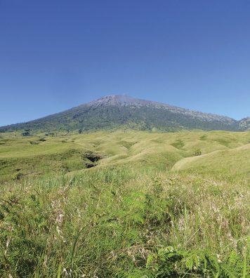 Le volcan Rinjani, sur l'île de Lombok, vu depuis la vallée.