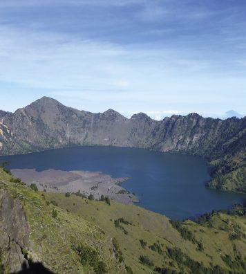 Le lac amphithéâtre. Il se loge au cœur du volcan Rinjani, sur l'île de Lombok, à 3 726 mètres.