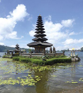 Le temple Pura Ulun Danu Bratan. Sur le lac Bratan, dans le centre de Bali, des « meru » se reflètent sur le miroir du lac, dédié à la déesse Dewi Danu.