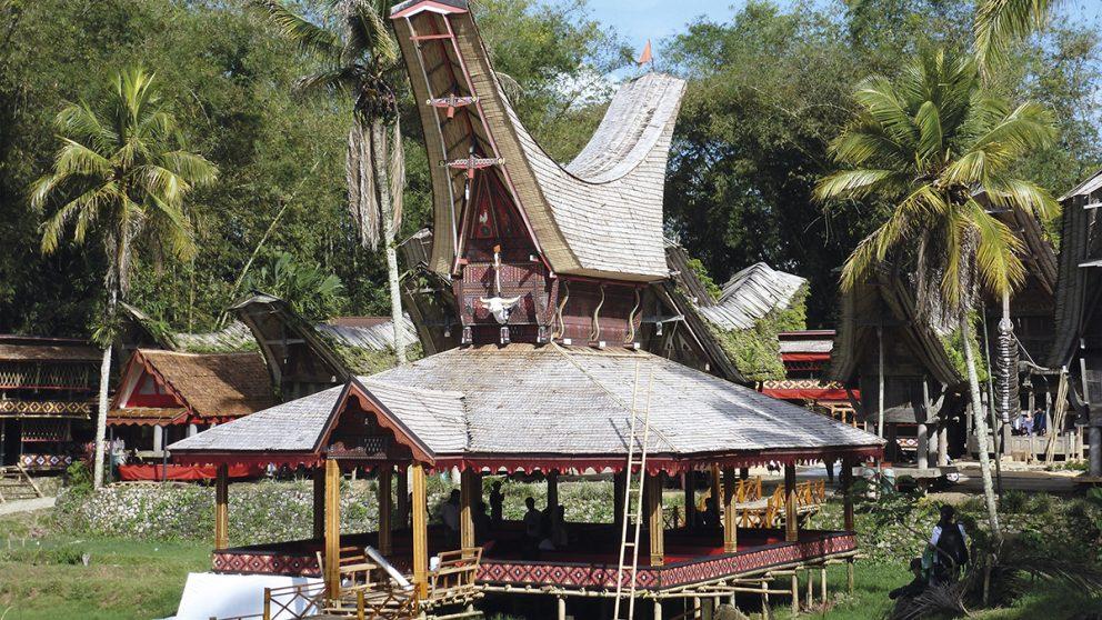 Salle de cérémonie traditionnelle en bois dans le village de Kete Kesu, au pays Toraja. On y procède aux funérailles d'un défunt et au sacrifice des buffles.