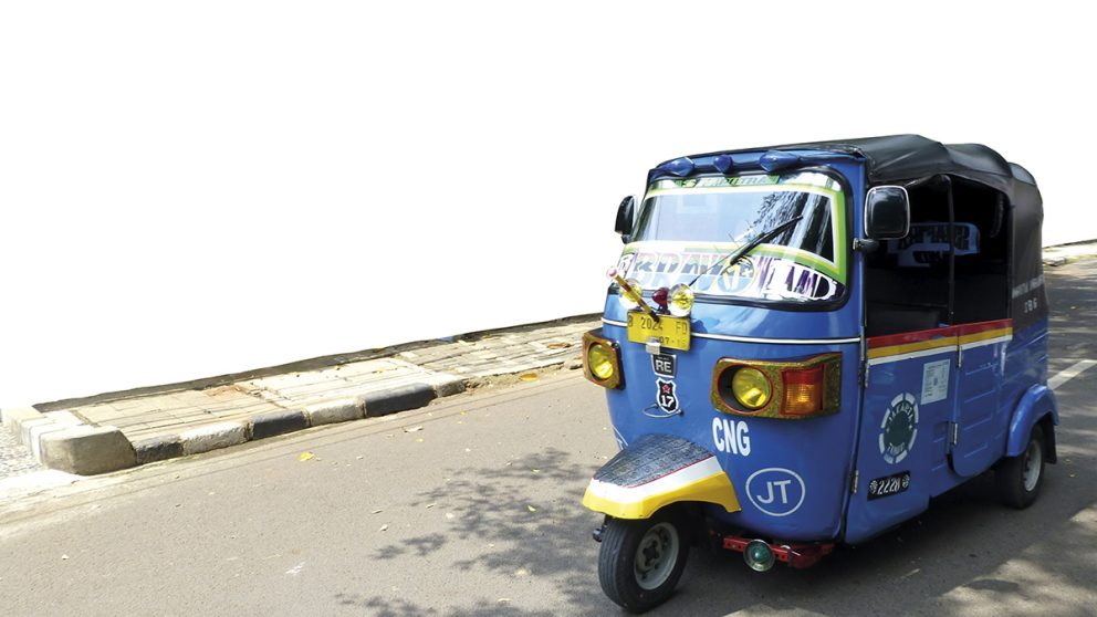 Le « bajaï » est à l'Indonésie ce que le « tuk-tuk » est à la Thaïlande. Ce trois-roues motorisé, souvent rehaussé de ses plus belles couleurs, peuple toutes les rues.