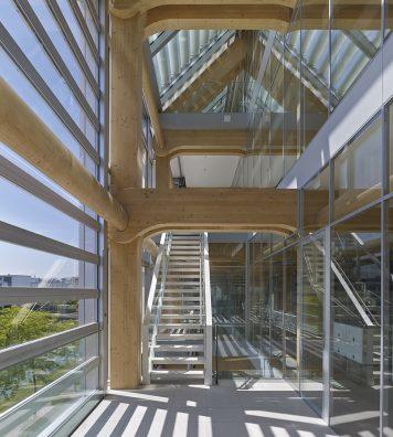 Immeuble de Tamedia à Zurich, construit en 2013. Au bord de la Sihl, le siège du groupe Tamedia à Zurich se présente comme un bâtiment en verre. Sa transparence laisse néanmoins apparaître une structure interne en bois.