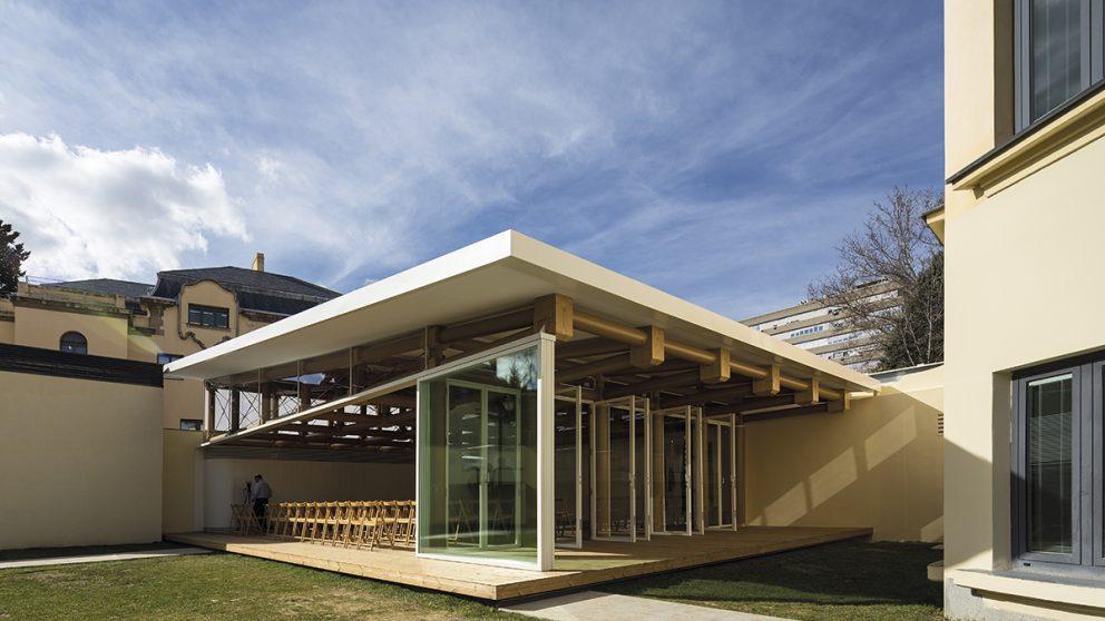 Paper Pavilion à Madrid en Espagne. Avec son toit en pente, ce petit pavillon s'ouvre largement. Un geste de l'architecte qui convient au climat local, mais qui a aussi un rapport avec la tradition japonaise.