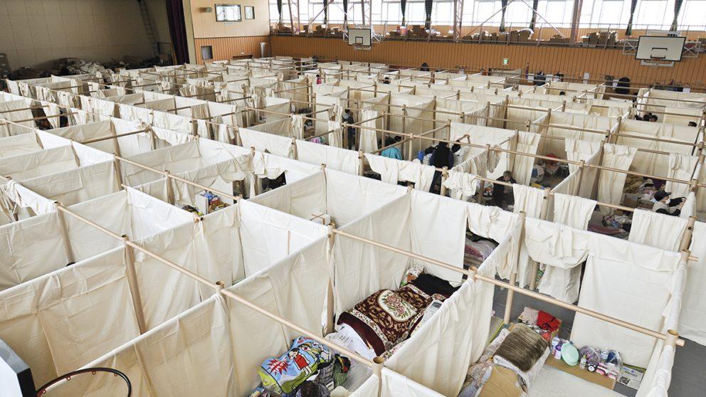 Une vue générale du gymnase de Fukushima en 2011, suite au tremblement de terre et au tsunami. Le Paper Partition System de Shigeru Ban offre des espaces privés aux sans-abris.