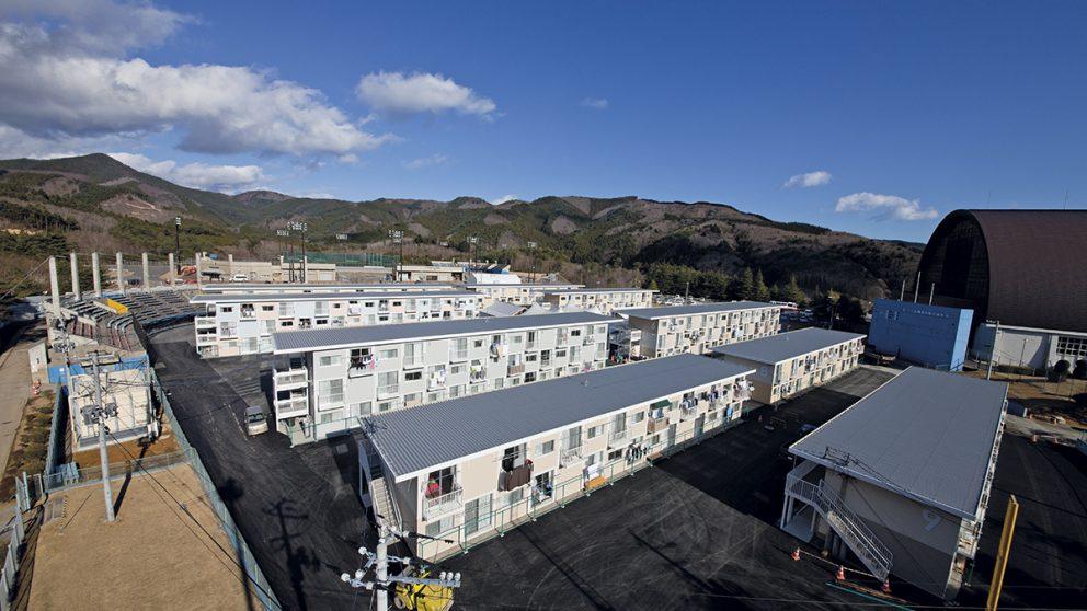 Container Temporary Housing, Onagawa, Miyagi, Japon, 2011. Une vue générale des logements temporaires créés par Shigeru Ban dans le village d'Onagawa sur un terrain de sport.