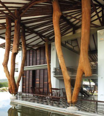 Villa aux vaches sacrées. En bois ou en bambou, les réalisations de Simón Vélez témoignent d'un remarquable bilan environnemental.