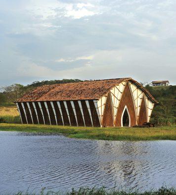 L'Eglise « sans nom » ou « sans religion ». Cette construction est un pur produit d'une architecture « végétarienne », en harmonie avec l'environnement et la nature.