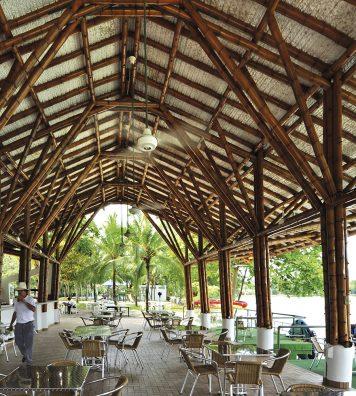 Pavillon dans un club de golf. L'architecture de bambou révèle ici sa grande solidité grâce notamment à la Guadua angustifolia Kunth.