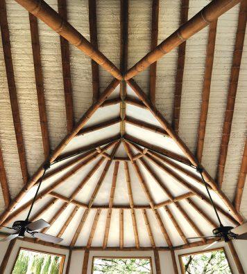 Exemple de plafond. Le toit et les charpentes sont des sujets privilégiés de l'architecte.