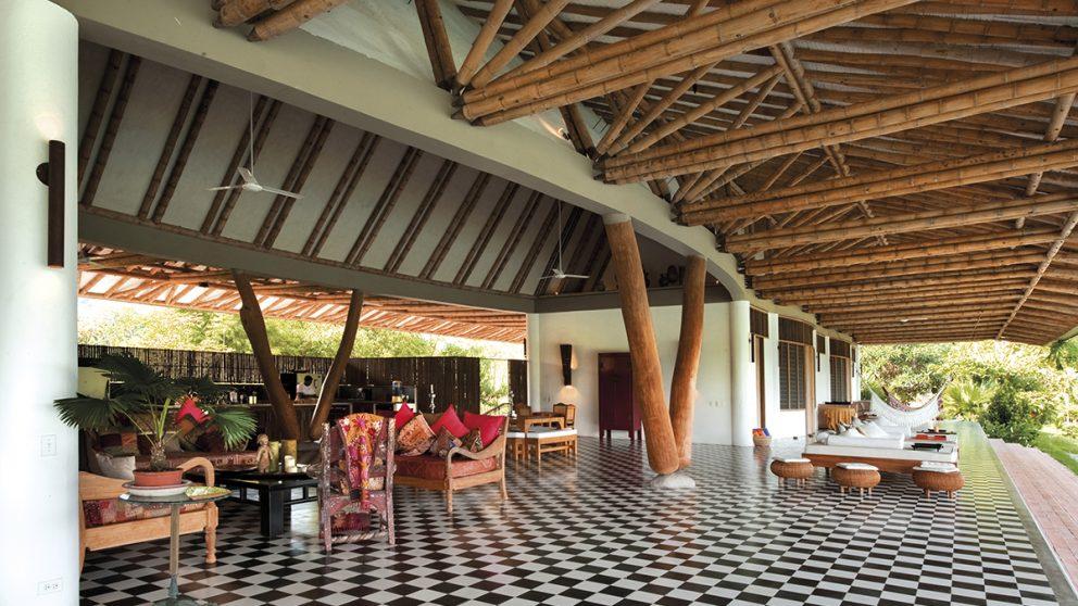 Villa aux chevaux. Somptueuse résidence dotée d'une charpente en tiges de bambou subtilement agencées.
