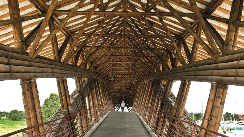 Pont piétonnier Jenny-Garzón à Bogotá. Traversant l'autoroute Bogotá – Medellín, la structure a une portée libre de 45,6 mètres.