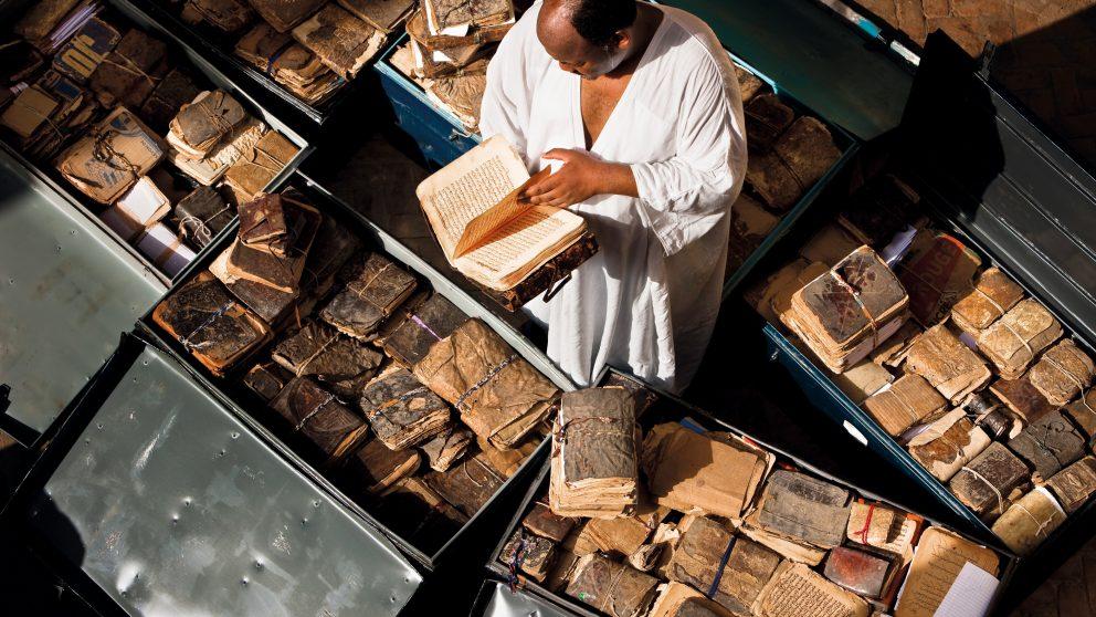 Les bibliothèques. Directeur de la bibliothèque Mamma Haidara de Tombouctou,