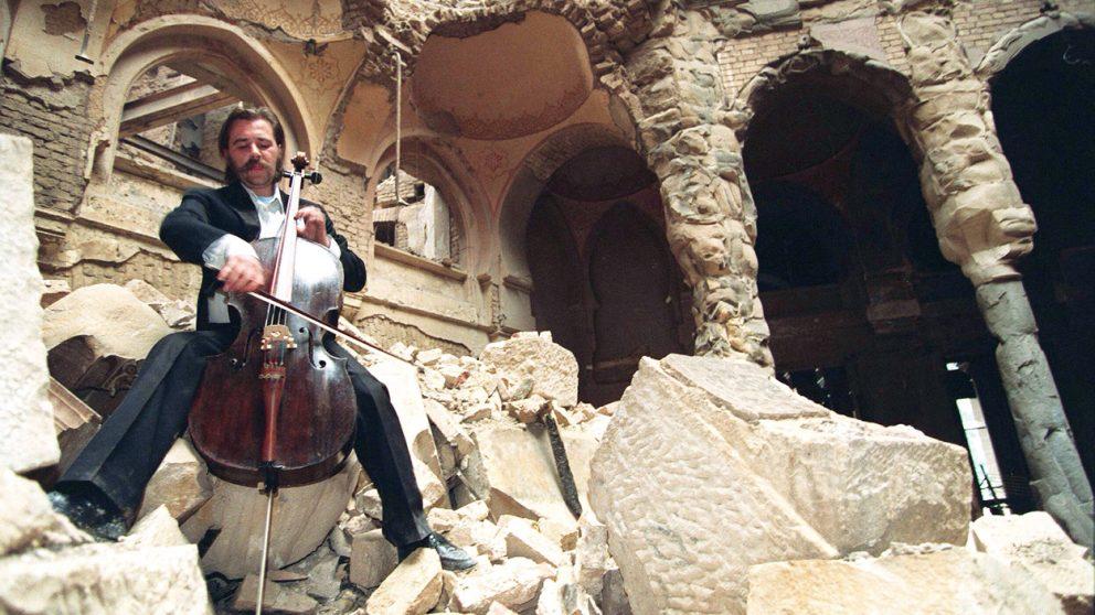 Les bibliothèques. Le violoncelliste Vedran Smailovic.