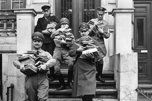 Les bibliothèques. Les nazis vont aussi méthodiquement piller les bibliothèques situées sur les territoires qu'ils occupent.
