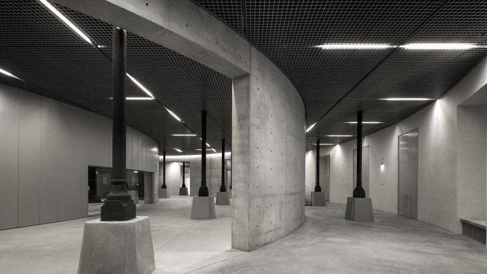Le sous-sol du centre d'art met en scène les structures porteuses du bâtiment.