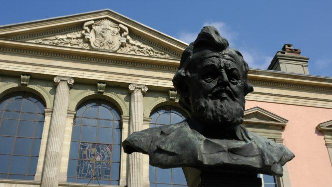 #135 – Dossier – Le buste de Carl Vogt devant l'Université de Genève.