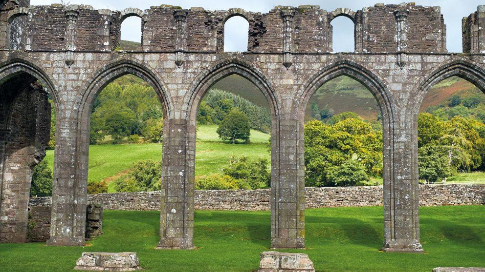 #135 – Évasion – Les arches médiévales du prieuré de Llanthony.
