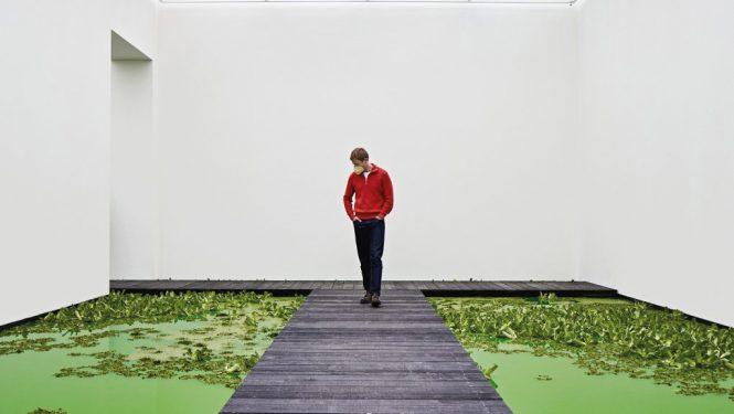 L'étang fluorescent à l'intérieur de la Fondation Beyeler.